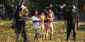 Bolivianische Polizisten beim brutalen Einsatz gegen indigene Frauen und Kinder