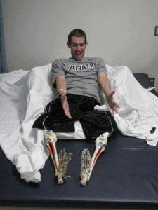Lt. Nick Vogt mit seinen Beinprothesen