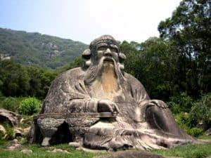 Es ist besser nichts zu tun als geschäftig nichts zu tun - Laozi Statue in Quanzhou