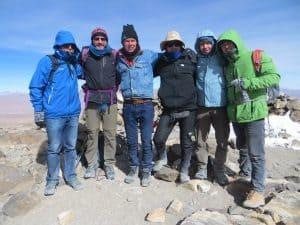 Nach dem Aufstieg auf dem Gipfel des Uturuncu in über 6000m klein